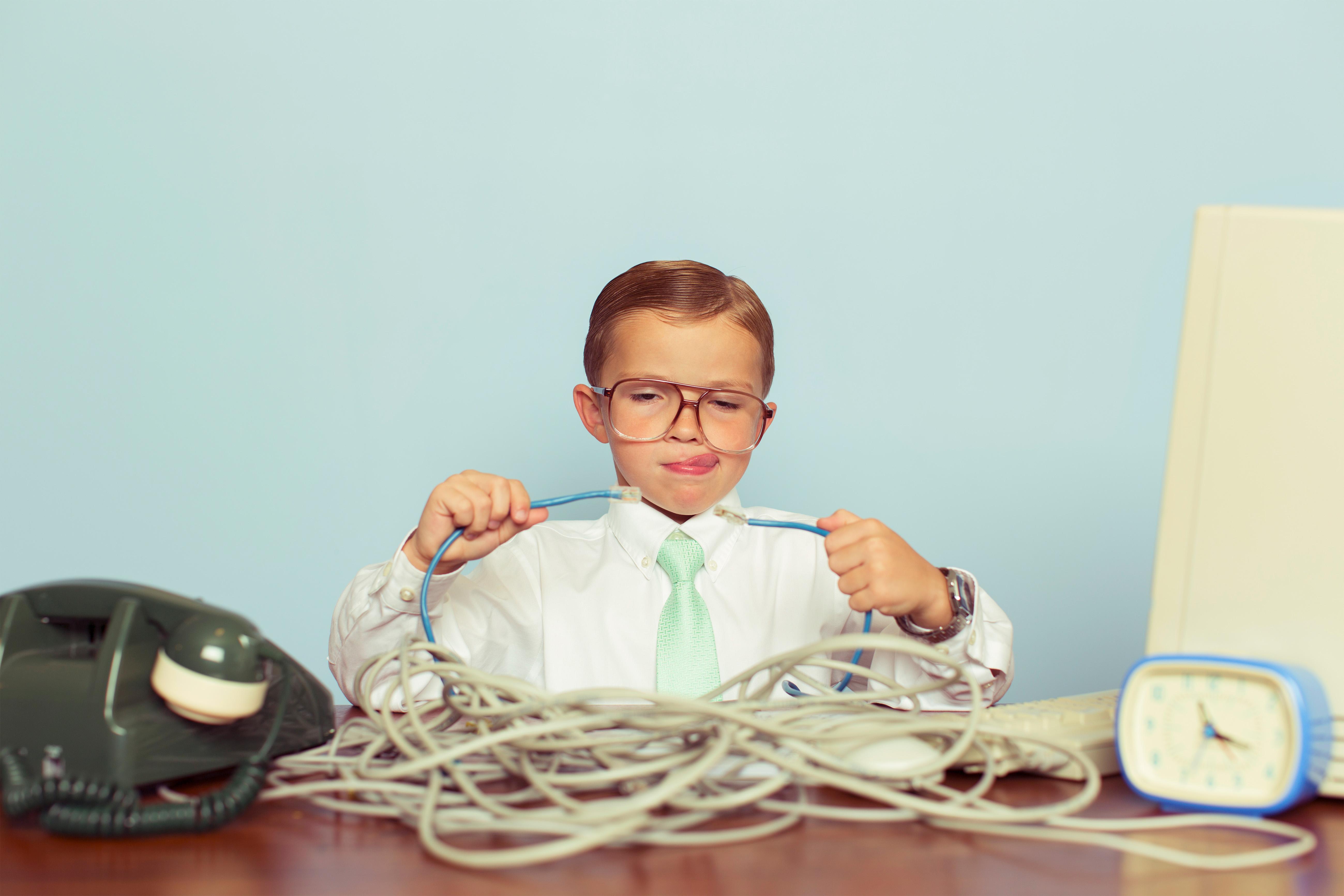 Junge mit Telefonkabel