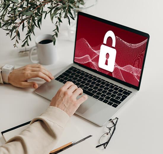 Büroarbeitsplatz mit einem Firewall Symbol auf dem Bildschirm des PCs